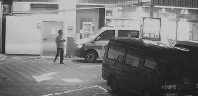謝男在救護車旁犯案的過程都被監視器拍下。(記者葉永騫翻攝)