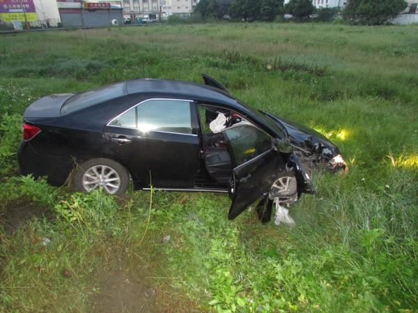 酒駕撞斷電線桿,汽車直接栽進校園操場。(記者邱芷柔翻攝)