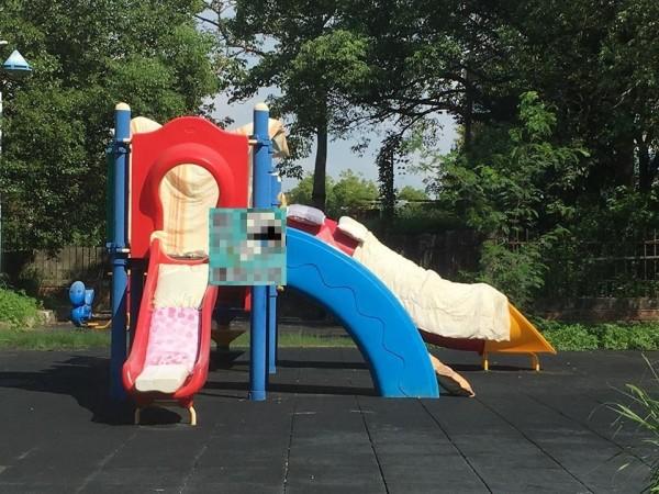新竹市高翠路一處公園,溜滑梯竟成為曬被架,遭人曬滿枕頭、棉被。(記者王駿杰翻攝自臉書)