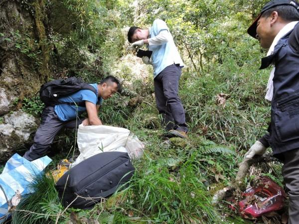 花蓮警方在太魯閣山區查獲以李姓男子為首的盜採玫瑰石集團,正在運送玫瑰石。(記者王峻祺翻攝)