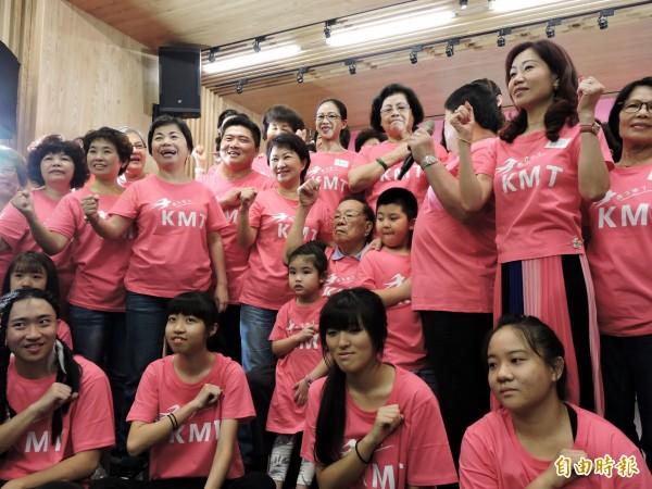 國民黨台中市長參選人盧秀燕(第2排左5)呼籲台中市長林佳龍自首,說明梨山餐會事宜。(記者張菁雅攝)