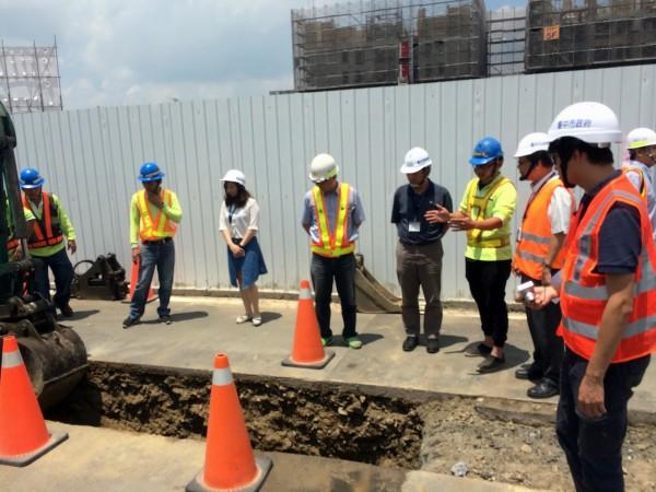 道路挖掘施工安全管理人員進行認證教學。(建設局提供)