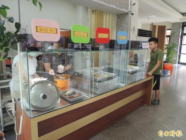 台中市鼎傳慈善協會於清水區公所旁的海線照服中心設置大人食堂。(記者張軒哲攝)