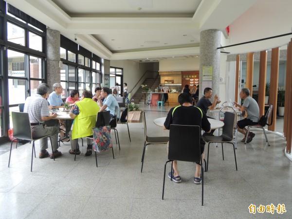 台中市海線社區照顧服務中心附設大人食堂與巴布拉咖啡館。(記者張軒哲攝)