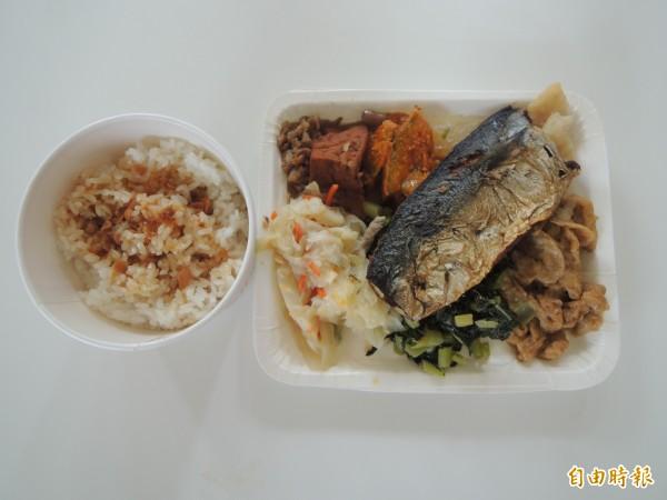 大人食堂魚排飯每份六十元。(記者張軒哲攝)