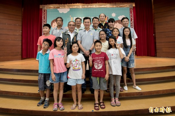 新竹市綜工會理事長莊鑑川(中左二)也表態要支持林智堅連任。(記者洪美秀攝)
