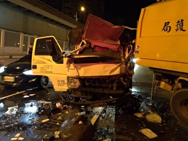 盧姓男子駕駛資源回收車,在新北市大漢橋撞上新北市環保局掃街車,盧男身亡,掃街車駕駛乘客都受傷。(記者吳仁捷翻攝)