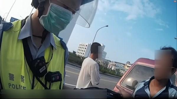 警方攔下任意變換車道的廂型車盤查。(記者許國楨翻攝)