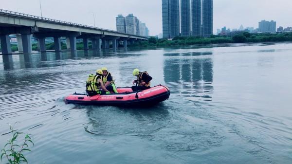 警消人員在現場搜救。(記者曾健銘翻攝)