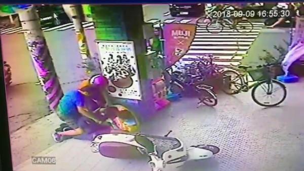 3名便衣警察合力壓制男子。(記者張聰秋翻攝)