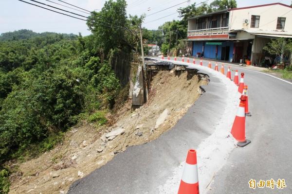 龍崎區道162-1線嚴重塌陷,公所正爭取經費搶修。(記者吳俊鋒攝)