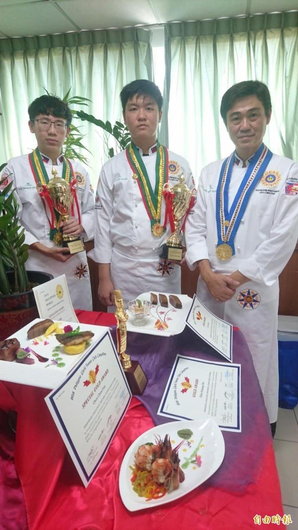 南英商工餐飲系老師陳俊帆(右)與學生陳廣琦(中)、盧昱豪(左)參加菲律賓世界名廚大賽,抱回1特金、2金牌、3特殊獎。(記者劉婉君攝)