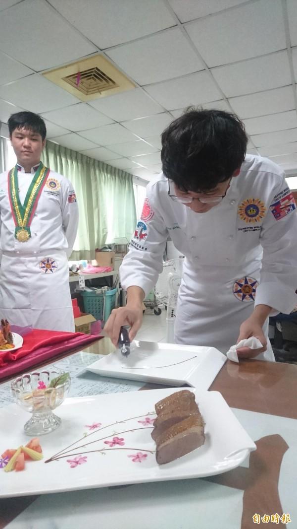 盧昱豪以畫盤為美食加分,作品色香味俱全。(記者劉婉君攝)