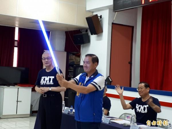 國民黨中央行動中常會今天前進新竹市,由黨主席吳敦義贈送「正藍光」寶劍給黨提名的市長參選人許明財,象徵藍軍大團結及藍光再現。(記者洪美秀攝)