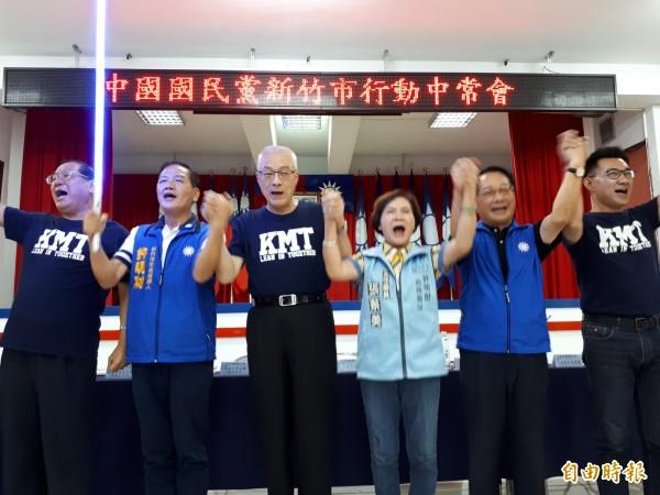 國民黨中央行動中常會今天前進新竹市,由黨主席吳敦義(左三)贈送「正藍光」寶劍給黨提名的市長參選人許明財(左二),象徵藍軍大團結及藍光再現。(記者洪美秀攝)