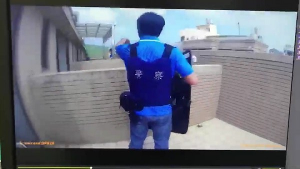 警方穿防彈衣、持盾牌追上頂樓逮人。(記者張聰秋翻攝)