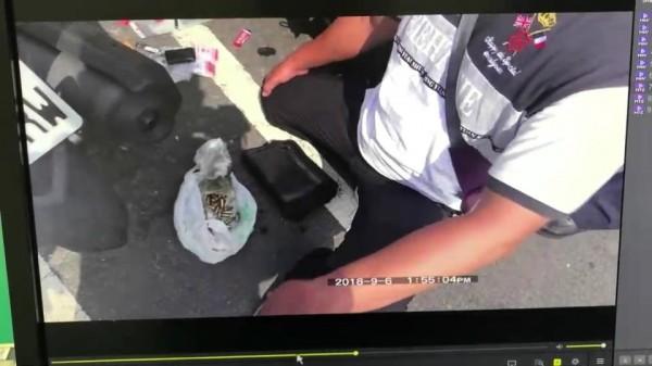 警方從林男機車查扣子彈、改造槍枝等物。(記者張聰秋翻攝)