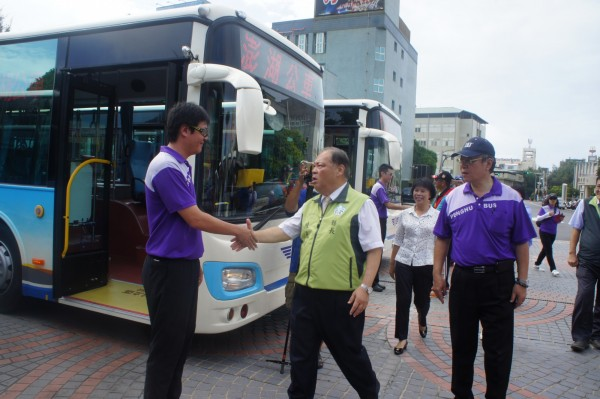 澎湖縣長陳光復校閱新購十輛低地板公車,勉勵司機提升服務品質。(記者劉禹慶攝)