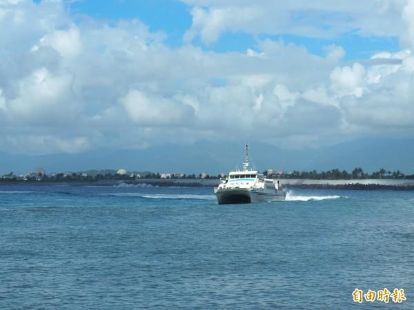 強颱山竹將襲,台東往返綠島、蘭嶼交通船明天中午過後停航至15日。(記者王秀亭攝)