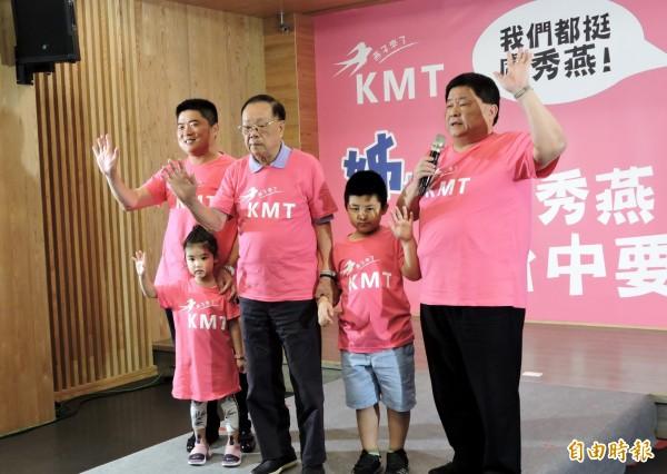 鎮瀾宮董事長顏清標(右1)、立委顏寬恒(左1)全家五代一起走秀。(記者張菁雅攝)