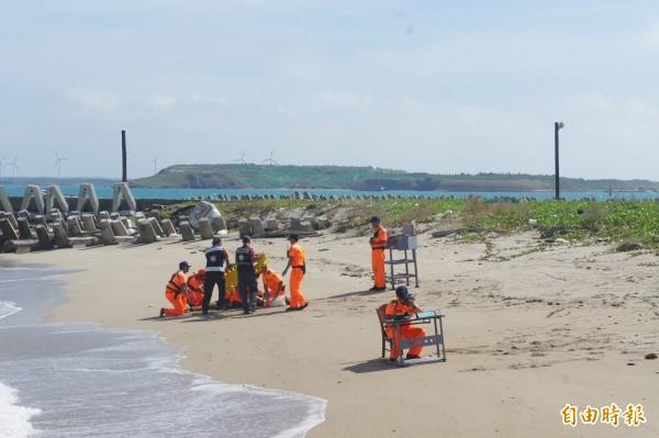海巡署在白沙岐頭海域,模擬救溺狀況演練。(記者劉禹慶攝)