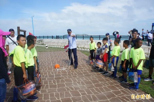海巡署規劃各項海上救難技能園遊攤位,讓小朋友們寓教於樂學習救人與自救的方法。(記者劉禹慶攝)