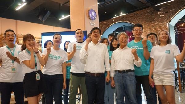 陳其邁今偕同詞神路寒袖(前排右二)發表競選主題曲「咱上愛的所在」(陳其邁競辦提供)