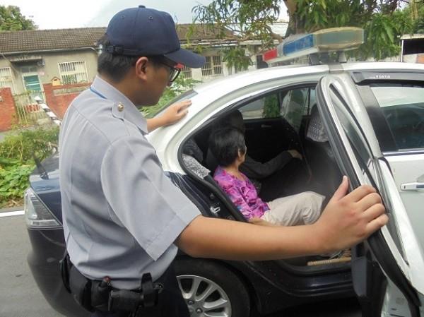 員警找到逃跑老婦,載返派出所聯絡家人。(記者許倬勛翻攝)