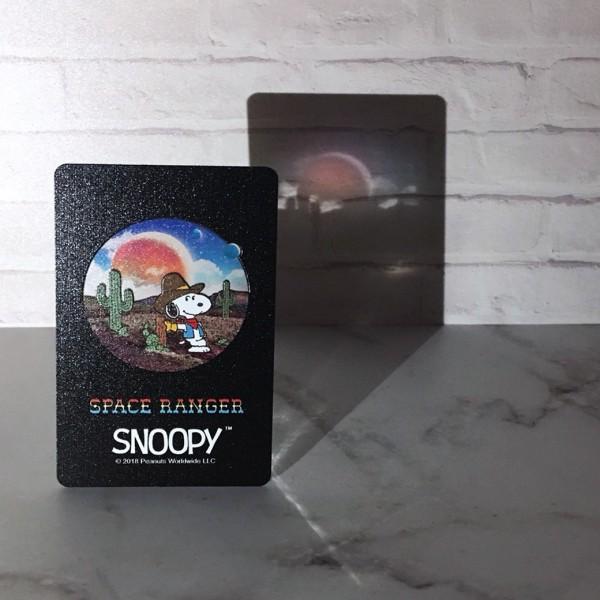 一卡通史努比太空系列卡結合太空實景照。(一卡通提供)
