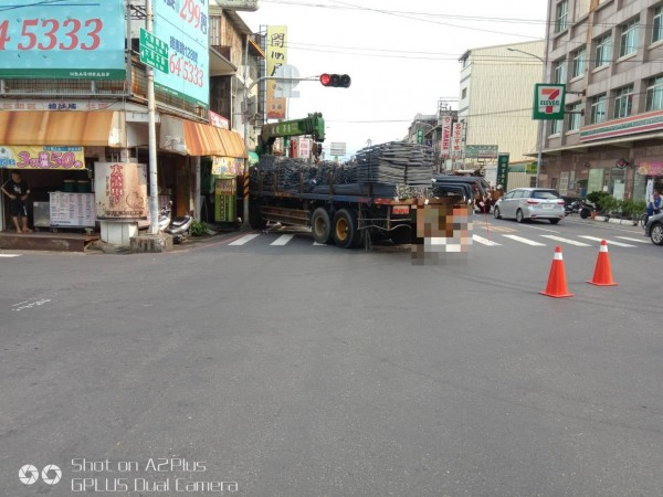 梓官區今天下午傳出大貨車與機車交通事故。(記者黃佳琳翻攝)