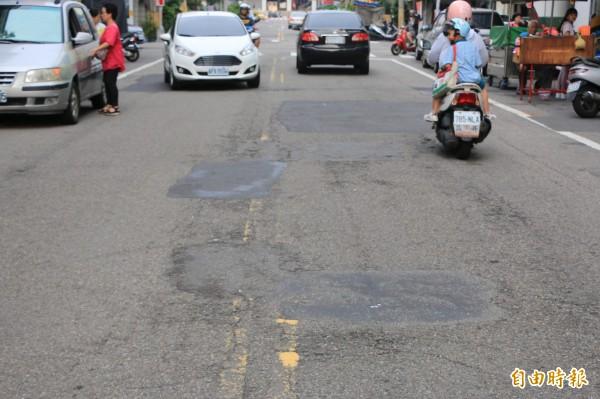 竹南鎮市中心的博愛街久未修繕,道路坑坑疤疤,列入此次道路品質計畫之內。(記者鄭名翔攝)