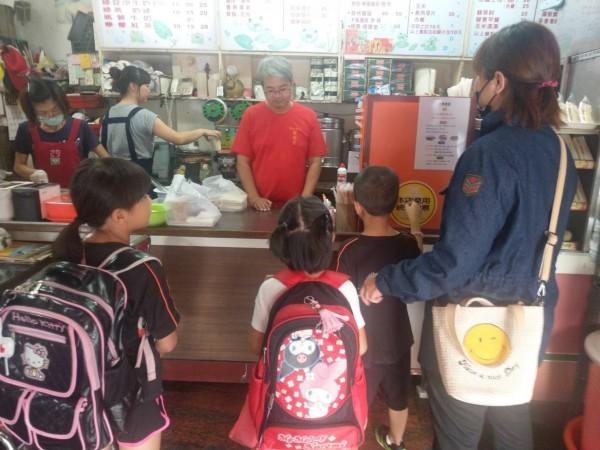 熱心早餐店老闆陳威成長期免費提供單親家庭早餐。(記者蔡宗勳翻攝)