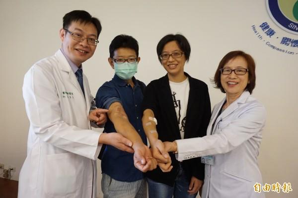 醫師黃秋錦(右)、郭慧亮說,曾先生與吳小姐接受「加強型居家血液透析」,自己在家打針和透析洗腎,方便且療效好。(記者蔡淑媛攝)