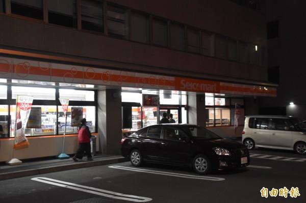 北海道Seico mart超商共體時艱,甚至連晚上招牌也沒亮。(記者蘇福男攝)