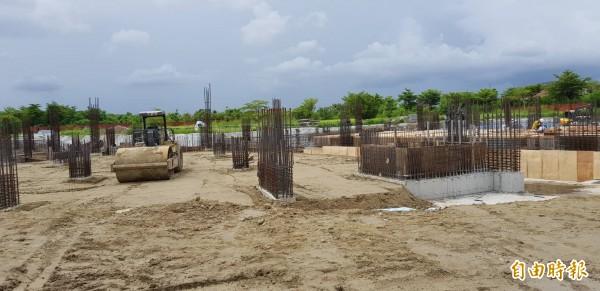 亞太棒球村第1期少棒球場工程進行中,預定明年6月底前完工。(記者洪瑞琴攝)