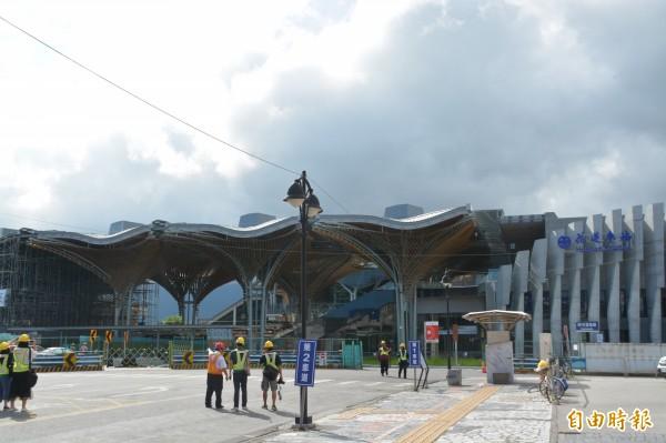 斥資9億元,耗時逾3年工時打造的台鐵花蓮新站,配合國慶煙火預定在10月3日啟用,外觀10座迎賓傘相當顯眼。(記者王峻祺攝)