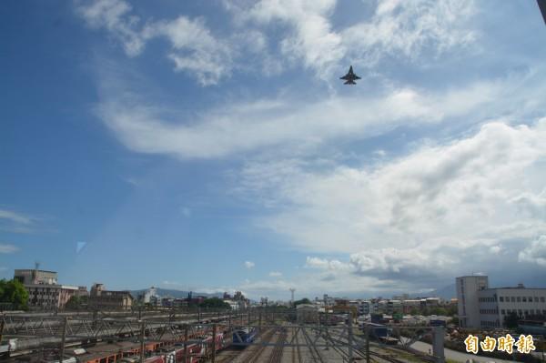 旅客站在「自由廊道」上,將能一覽戰鬥機降落。(記者王峻祺攝)