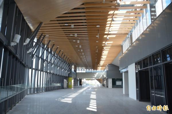 台鐵花蓮新站連接前後站的「自由廊道」將有12公尺寬,其中6公尺為商店街,不用買月台票也可通行。(記者王峻祺攝)