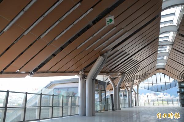 台鐵花蓮新站三樓連接月台的車站大廳。(記者王峻祺攝)