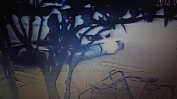 阿伯被整輛車壓過腿部,結果之後初判只有皮肉傷。(記者王捷翻攝)