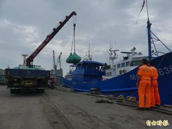 金門海巡隊將中國鐵殼船上的流刺網,全數沒入處分。(記者吳正庭攝)