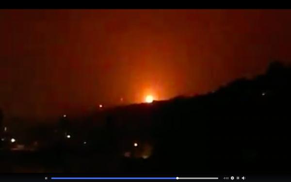 桃園煉油廠發出熊熊火光,暗夜看來怵目驚心。(圖擷取自龜山生活通)