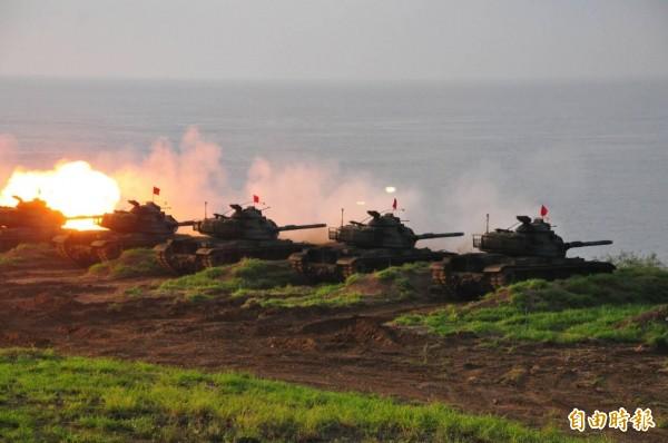 澎防部出動戰車砲,希望殲敵於岸際。(記者劉禹慶攝)