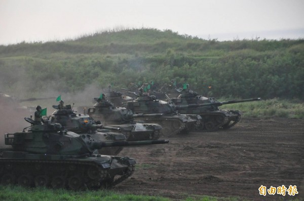 當發現海上敵軍蹤影,戰車部隊快速由掩體前進定位。(記者劉禹慶攝)