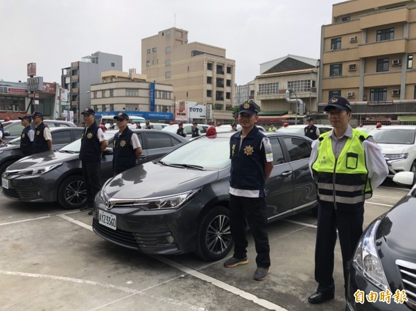 上百台車輛今天在縣警察局交車。(記者張聰秋攝)