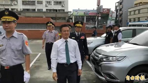 縣長魏明谷校閱授車儀式,他肯定警察辦案維護治安的辛勞。(記者張聰秋攝)