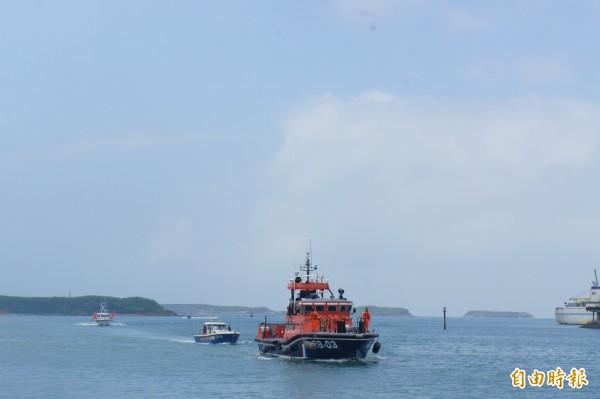 澎湖一艘海釣船失去動力,澎湖海巡隊警艇出動拖帶返回馬公隊部。(記者劉禹慶攝)