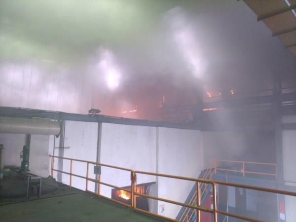 股票上市的佳龍科技公司,觀音廠房發生火警,現場濃煙密布。(消防局提供)