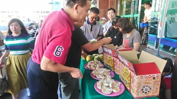 中華郵政協助柚農解決產銷困境,在各地郵局舉辦「郵挺柚農」試吃及促銷會。(基隆郵局提供)