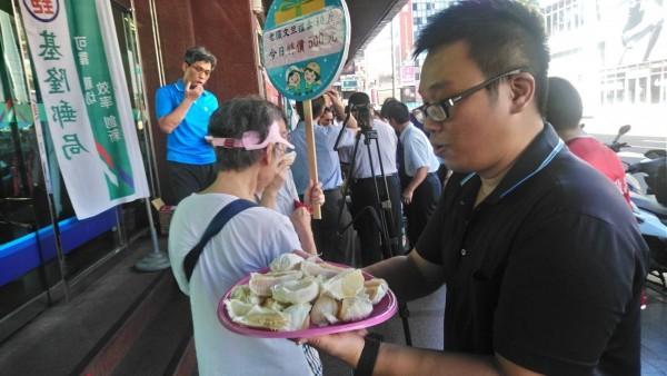 基隆愛三路郵局舉辦文旦促銷,原價10台斤在網路上販售要價7、800元的柚子,現場只要500元。(基隆郵局提供)